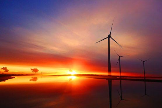 Elektrownia wiatrowa na morzu o zachodzie słońca